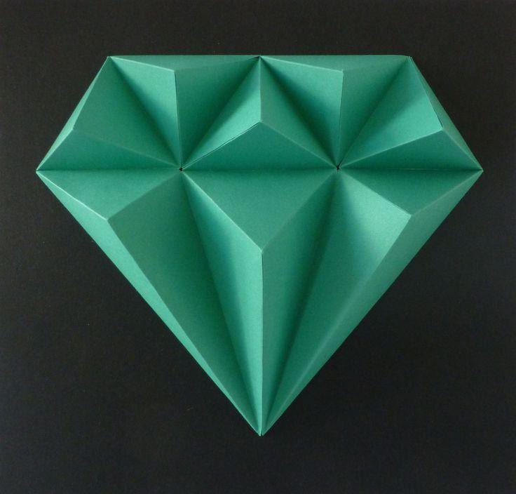 Green+EMERALD+S+malou+trochou+snažení,+slož+si+drahé+kamení.+Budete+potřebovat:+nůžky,+lepidlo,+pravítko,+troch+času+a+trpělivost+Obtížnost:+lehká+Velikost+:+21x21x3cm+Obsah:+5+dílů+-+instrukce+Pro+naše+2,5D+modely+používáme+kvalitnístálobarevné+papíry+s+vysokou+gramáží.
