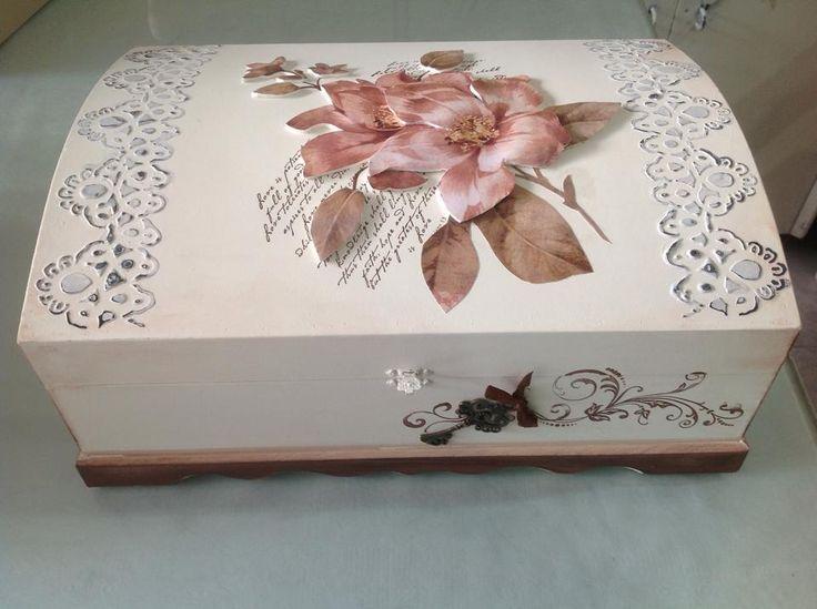 Caixa baú toda trabalhada com flor na tampa em 3D, para bijouteria.