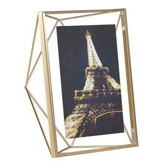 Geef de foto van je oma, vriendje, zoon of kleinkind een nieuwe dimensie met de Umbra Prisma Fotolijst! Met deze lijst 'zweeft' elke foto tussen twee glasplaatjes. Zet hem neer of hang hem op en geef dierbare momenten een plekje in je interieur.