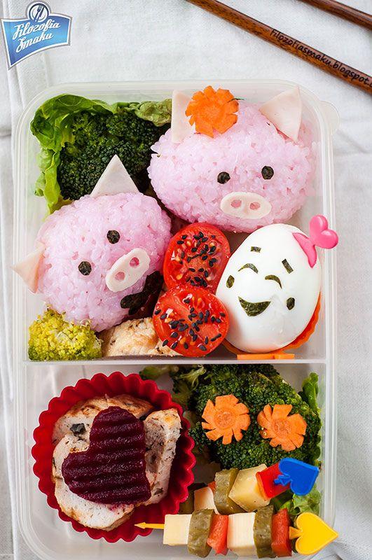 Ryż farbowany burakiem, wędlina, kawałki klopsika, sałata, brokuł, marchew, jajko, koreczki