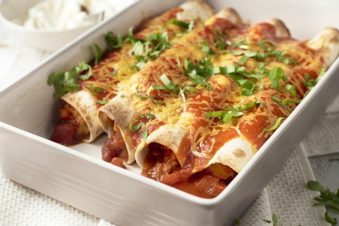 Enchiladas is een ovenschotel met opgerolde tortilla's. Die worden  gevuld met een lekkere mengeling van paprika, tomatenpassata en kip en  gaan dan in de oven, met een lekker laagje gesmolten kaas over. Comfort food, Mexican style!