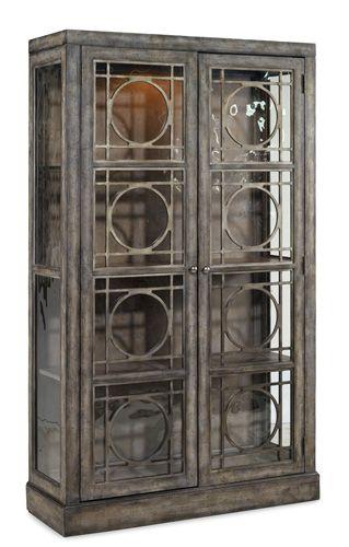 Витрина из серии M?lange. •Отделка витрины выполнена в модном античном дизайне. •Две стекляные двери в деревянной раме. •Одна фиксированная центральная деревянная полка и две регулируемые. •Изготовлена из дерева твердой породы и шпона сосны.             Материал: Стекло, Дерево.              Бренд: Hooker Furniture.              Стили: Классика и неоклассика, Лофт.              Цвета: Серый.