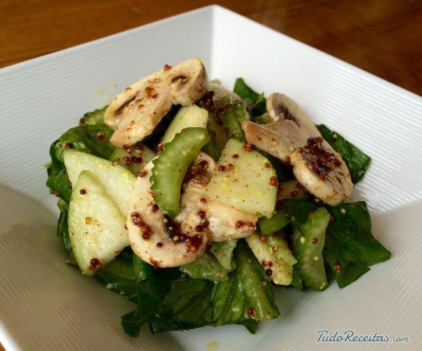 Aprenda a preparar a salada de aipo e maçã, perfeita para acompanhar uma proteína ou consumir à noite, como um jantar leve e saudável.