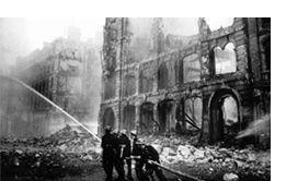 Parijs was sinds 30 januari 1918 een aantal malen door Duitse Gotha vliegtuigen gebombardeerd. In 1915 en 1916 hadden bombardementen vanuit Zeppelins plaatsgevonden, maar in 1918 werd het luchtgevaar ernstiger. Als gevolg daarvan waren er maatregelen getroffen om de stad te beschermen. Belangrijke gebouwen en monumenten waren met zandzakken afgeschermd en ramen van huizen beplakt.  Op 23 maart 1918 werd de stad in de ochtend opgeschrikt door het neerkomen van granaten,  er vielen veel doden