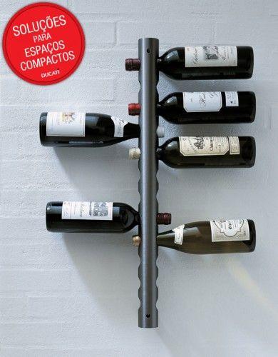 Mais uma maneira de deixar os vinhos suspensos. Nessa ideia, uma placa de ferro, também com furinhos, permite você encaixar as garrafas e ter uma adega bem a sua mão.