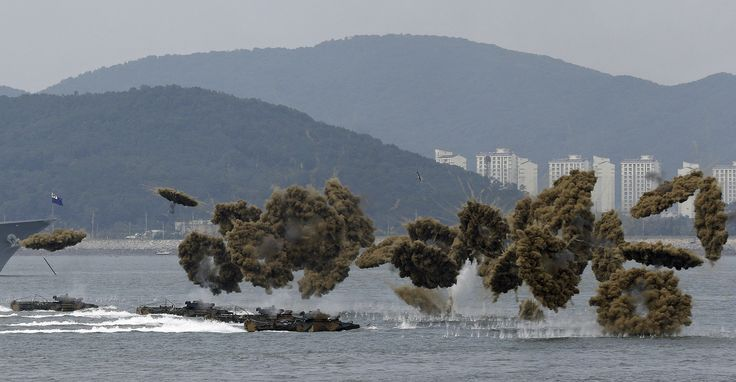 Kendaraan militer AL Korea Selatan melakukan pendaratan dengan 'tabir asap' di pelabuhan Incheon.