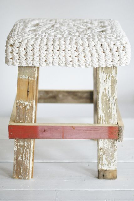 DINSDAG - PINSDAG week 5-6  wood & big white wool stool | Flickr: Intercambio de fotos