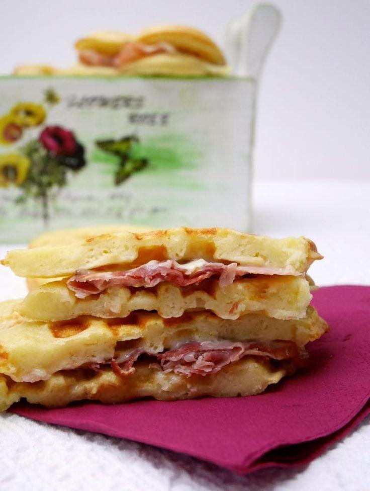 Sandwich di gaufre salateIngredienti per circa 12 sandwich di gaufre:  Per la pastella:  300 gr di farina 500 ml di latte 80 gr di burro 1/2 cucchiaio di sale 1/2 bustina di lievito di birra disidratato 2 uova