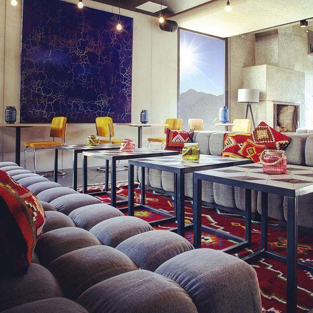 Trendy chic aux pieds des pistes de Flaine, au Pays du Mont-Blanc. L'Hotel Terminal Neige -Totem. Ses intérieurs ont été conçus dans un esprit ethnique, à travers des tissus en lainage inspirés de la culture amérindienne, un mobilier vintage et une âme plus urbaine.