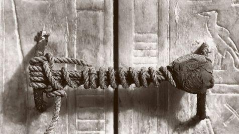 """Incze Mónika: A Tutankhamon összeesküvés – 2. - """"Carter és Lord Carnarvon becsapta az egész világot – ám csalásuk kivitelezése közben nagy horderejű titokra bukkantak, s ezért azok, akiknek ez érdekében állt, gyilkosságok sorozatával akadályozták meg, hogy az igazság napvilágra kerüljön..."""""""