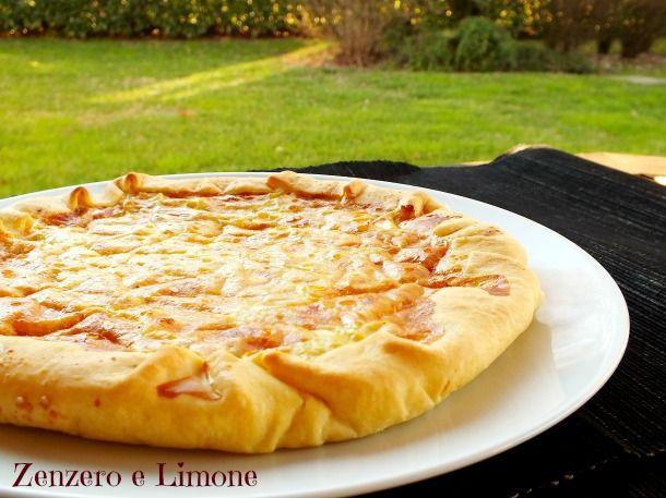 La quiche alle cipolle è semplice da fare, richiede poco tempo e sparisce in un baleno quando la si porta in tavola! Una torta salata delicata e appetitosa!