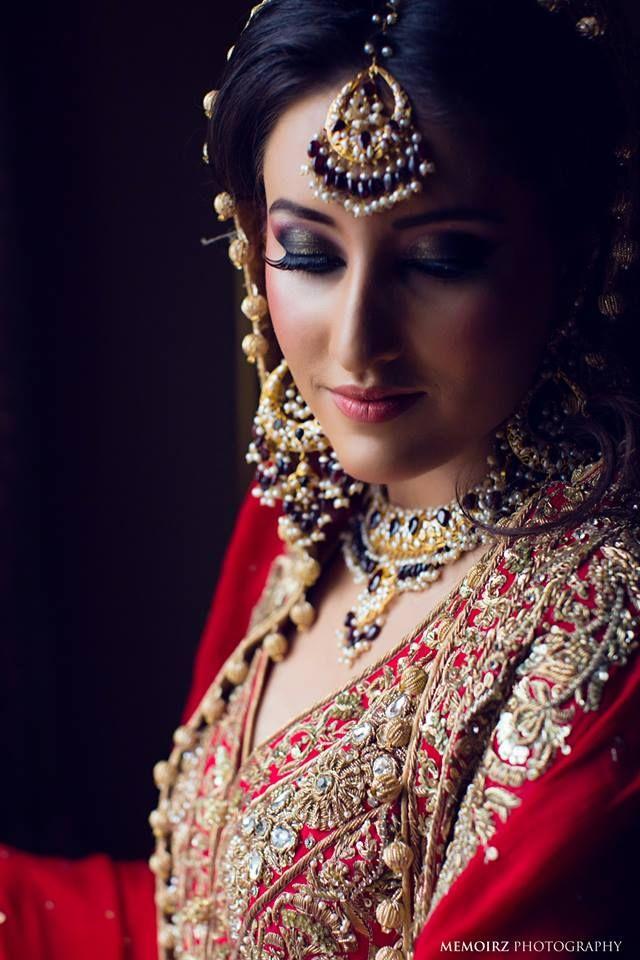 Traditional Indian bride wearing bridal lehenga and jewellery | Photo by:Memoirz. #MaangTikka