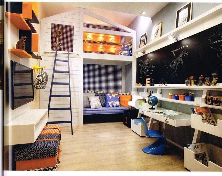 """quarto de criança com cama alta dentro da """"casinha"""""""