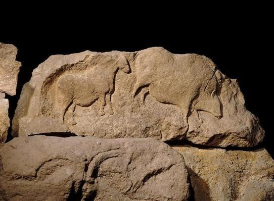 Bloc sculpté : bovidé et sanglier