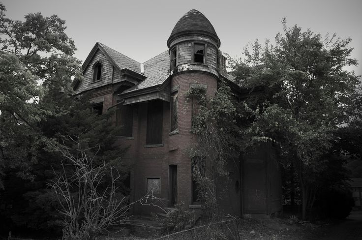 13 Real Life Haunted Houses And The Horror Stories That Go With Them
