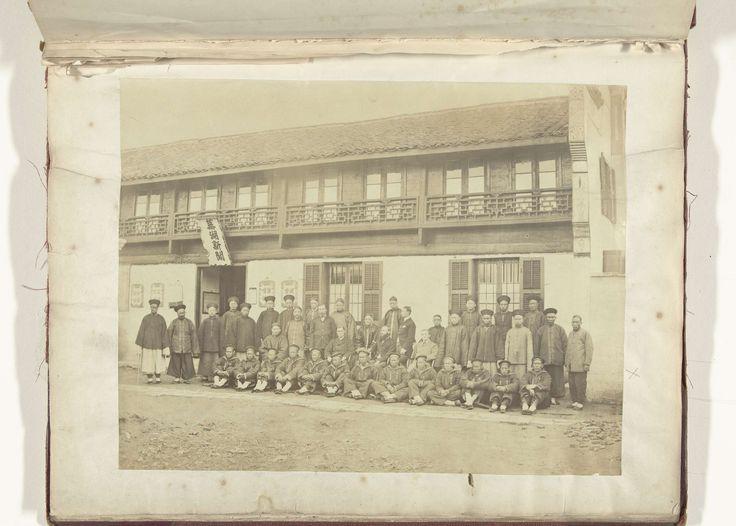 Anonymous | Groepsfoto van vier Europese mannen temidden van een groep Chinezen, Anonymous, c. 1879 - c. 1890 | De Chinese mannen die vooraan zitten zijn gekleed in marine uniform, de Chinese mannen achteraan dragen traditionele Chinese kleding.