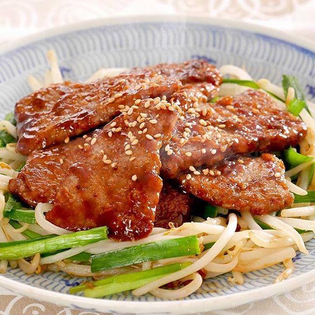 ステーキを中華風にアレンジ! . 明日は肉(29)の日!たまには趣向を変えて「中華風ステーキ」はいかがですか (*^_^*) . オイスターソースとホタテのうま味を効かせた「 #青椒肉絲のたれ 」で味付けしたお肉は、白いごはんとの相性も抜群!ニラともやしの炒め物を合わせれば、野菜もたっぷり食べられる一品が完成しますよ♪ . <材料 2人分> 牛焼肉用肉 160g ニラ 1/2束 もやし 100g 小麦粉 適量 エバラ青椒肉絲のたれ 大さじ2 サラダ油 適量 いりごま(白) 適宜 . <作り方> 【1】牛肉は小麦粉を薄くまぶし、ニラは4~5cmの長さに切ります。 【2】フライパンに油を熱し、ニラともやしを炒め、皿にとります。 【3】再びフライパンに油を熱し、牛肉を両面焼き、「青椒肉絲のたれ」を加えてからめ焼き、【2】にのせて、できあがりです。 ※お好みでいりごまをふってお召しあがりください。 . #エバラおいしいレシピ #エバラ食品 #おうちごはん #レシピ #肉 #お肉 #肉料理 #お肉料理 #肉の日 #中華風 #ニラ #もやし #instafood #foodstagram