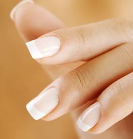 http://blog.lrytas.lt/misijavestuves/files/2010/07/manicure-promo.jpg    As galvoju apie tokius nagucius, kuklus, paprastas, bet mano manymu neprastas manikiuras. Nenoriu jokiu blizguciu. O smaili nagai man kazkas kraupaus, na bet del skonio nesigincijama