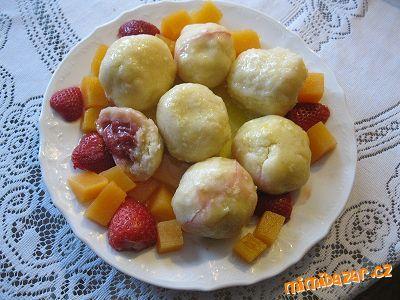 Z mléka a krupice uvařit husou kaši. Do prochladlé kaše vmíchat vejce, sůl, cukr a tolik mouky, aby ...