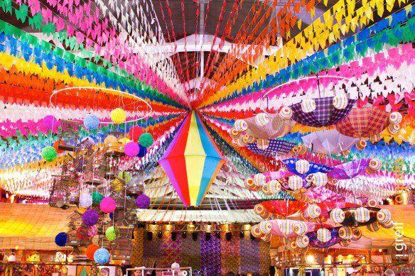 Festa Junina sem bandeirinha não é festa junina. É tradição enfeitar praças, quermesses e escolas. Vimos no site da Yoki e vamos ensinar passo-a-passo bem fácil para você decorar sua casa.