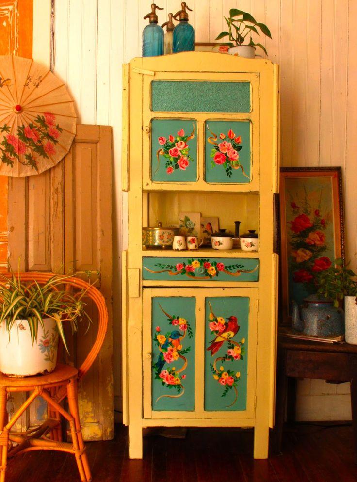 colores- mueble amarillo  con naranja y verde