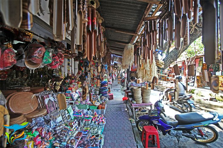 Ini sepanjang jalan di belakang gedung utama Pasar Sukawati, penuh disesaki kios cinderamata.