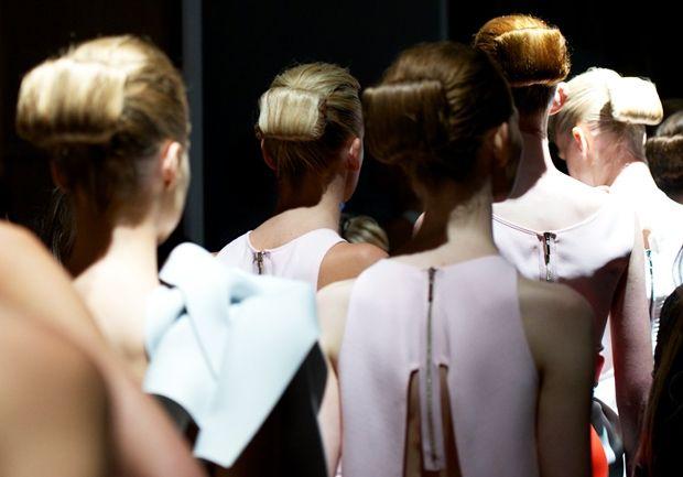 cool chic style #fashion: Toni #Maticevski | Mercedes-Benz Fashion Week Australia - #Geisha inspired uno #chignon quadrato #mbfwa