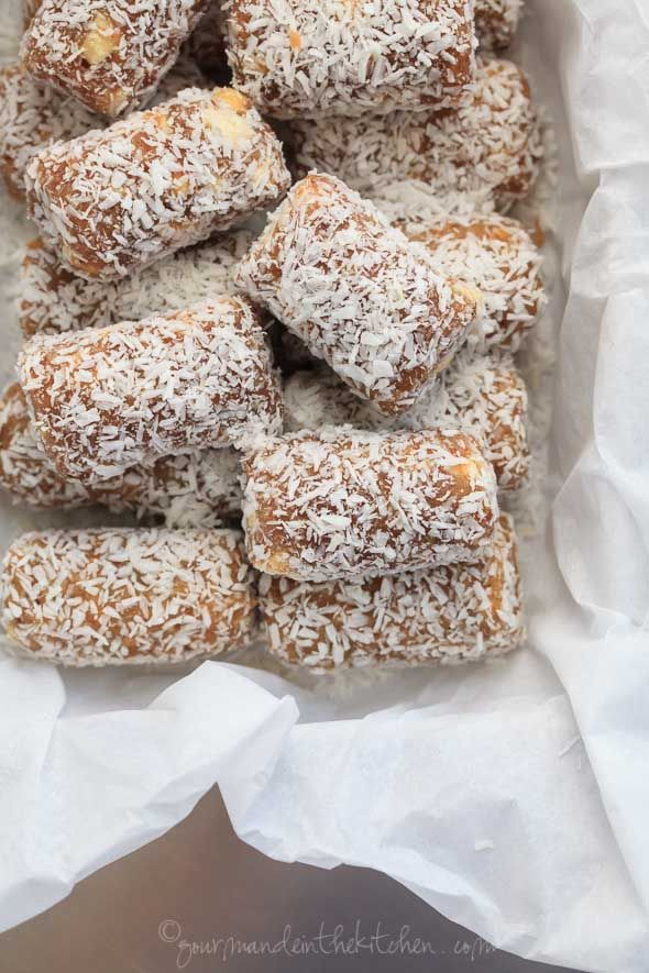 Cashew Coconut Date Rolls (Raw, Paleo, Vegan) // A quick and energizing snack made with dates and cashews and coconut. // @gourmandeinthek