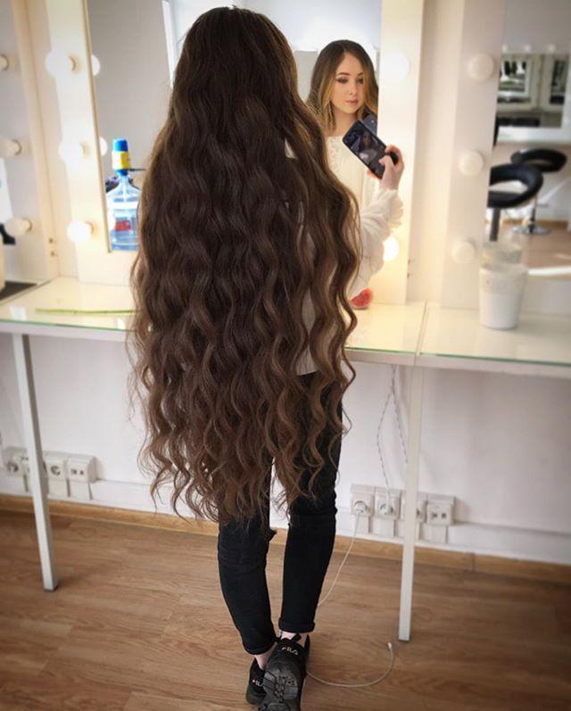 Девушка с длинными  волосами.