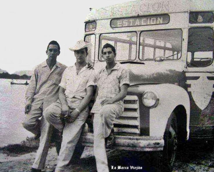 Personas y camion de pasajeros de La Barca Jalisco Mexico ,,, estas personas son parte de la historia de esta bella ciudad