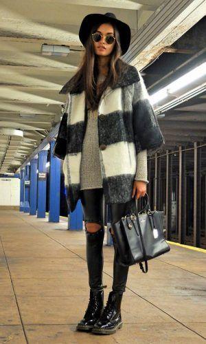 Calça jeans skinny rasgada com tricô cinza e cachecol listrado! Bem inverno street cool