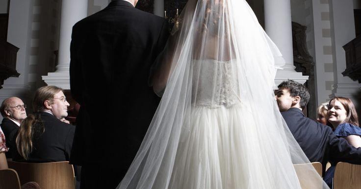 """Cómo hacer un velo de catedral como en """"Guerra de novias"""". En la película """"Guerra de novias"""", dos mejores amigas se encuentran compitiendo para tener la mejor boda. Sus estilos son completamente opuestos, dando lugar a dos bodas impresionantes. Emma, una belleza clásica, lleva el vestido de su madre y un elegante velo de catedral de una sola capa. La glamurosa Liv lleva un elegante vestido de Vera Wang ..."""