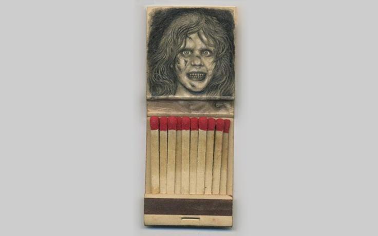 Художник и иллюстратор Джейсон Д'Акино делает крошечные иллюстрации на спичечных коробках. Он питает вдохновение в поп-культуре, и его работы полны многочисленных отсылок на фильмы ужасов, известные художественные работы, обложки журналов и даже человеческую анатомию.