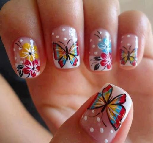 uñas con decorado de mariposa
