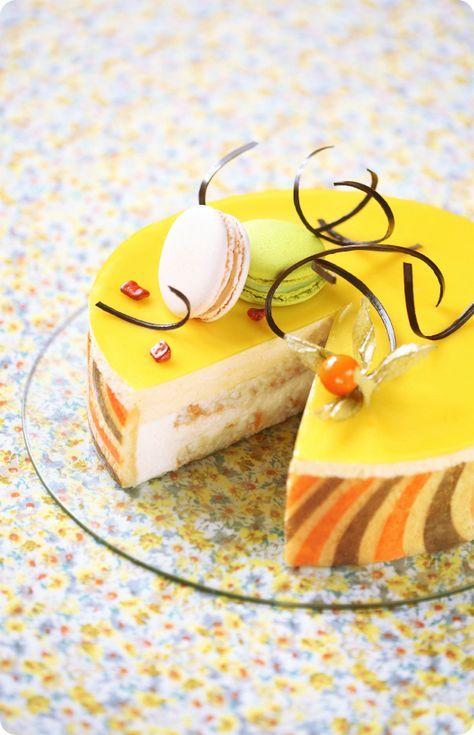 A receita em português está em baixo.    Для приготовления этого торта (а точнее бисквитного бортика) я вновь воспользовала...