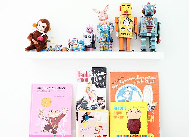 shelving robot toys vignette