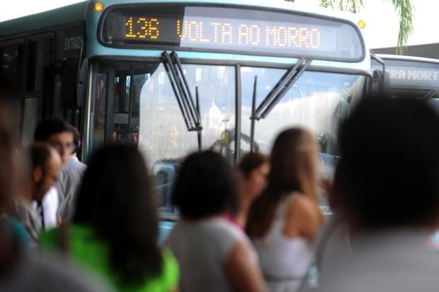 Linhas de ônibus que atendem de madrugada ainda estão suspensas em Florianópolis | Prefeito determinou que o transporte público voltasse a operar das 5h à meia-noite, a partir desta quinta-feira. http://mmanchete.blogspot.com.br/2013/02/linhas-de-onibus-que-atendem-de.html#.USar_KVQGSo