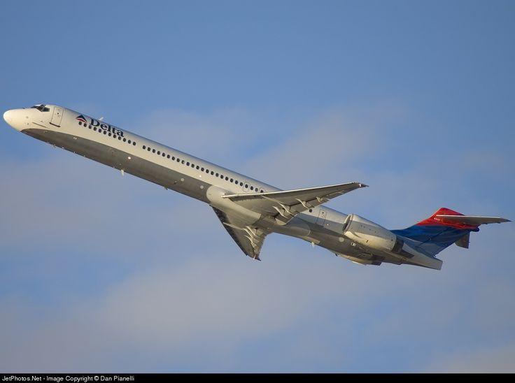 Delta Airlines McDonnell Douglas MD-90-30