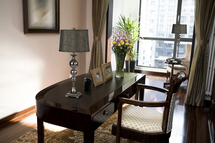 #Bureau de style #transitionnel avec #lampesdetable. / #Transitional #office with #tablelamps.