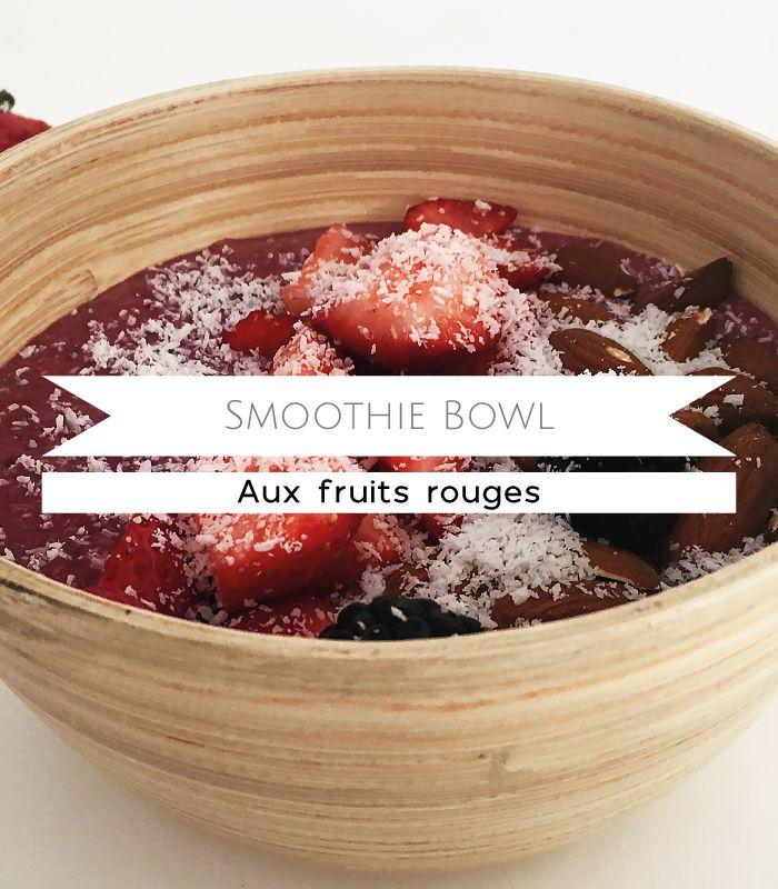 La mode du smoothie bowl n'a pas fini de faire parler d'elle ! Découvrez ma petite recette perso pour le matin, un délicieux mélange d'amande, de noix de coco râpée et de fruits rouges pour se réveiller en douceur, faire le plein d'énergie et ravir ses papilles !