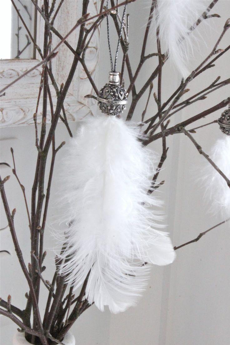 Fjädrar och påsk hör ju ihop...  En vacker stor pärla och en liten pärla, ett band och några fjädrar blev en dekoration i mitt björkris......