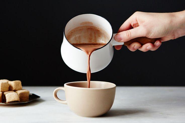 Tá frio, heim, gente? Uhlalá! Café e chá são bebidas comuns na mesa do café da manhã, assim como o chocolate quente. E para dar um saborzinho a mais na sua caneca, vamos compartilhar com vocês uma receitinha da bebida com cardamomo <3 O cardamomo é a semente de uma planta da família do gengibre, que nasce dentro de uma cápsula de cor verde. Foi utilizado pela primeira vez no ano de 700 d.C., na Índia Meridional, e importado para a Europa em 1.200 d.C. Com propriedades antissépticas…