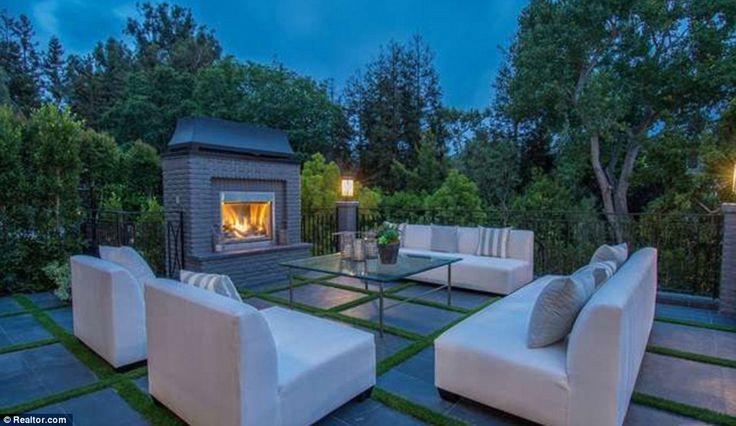 nouvelle Brentwood Morales creuse est livré avec un al fresco salle à manger, un spa, une piscine et un patio salle à manger pour elle de profiter avec le banquier mari Joe Rhodes et leurs deux enfants