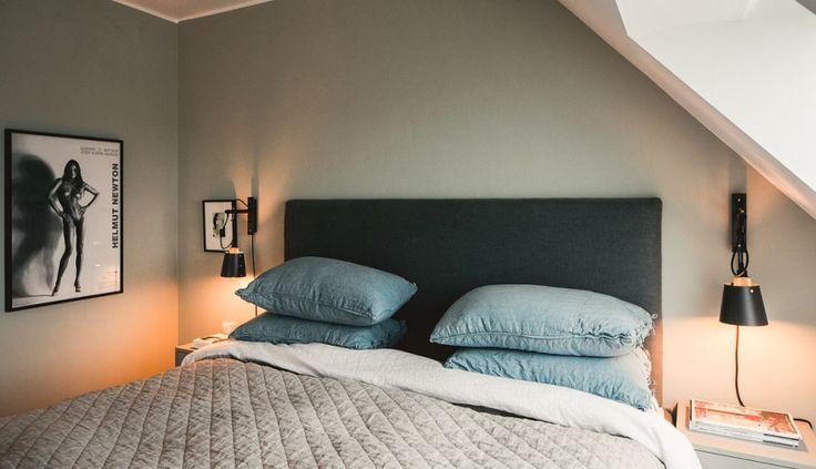Vackert sovrum med grå vägg. Vindsvåning på Östermalm.