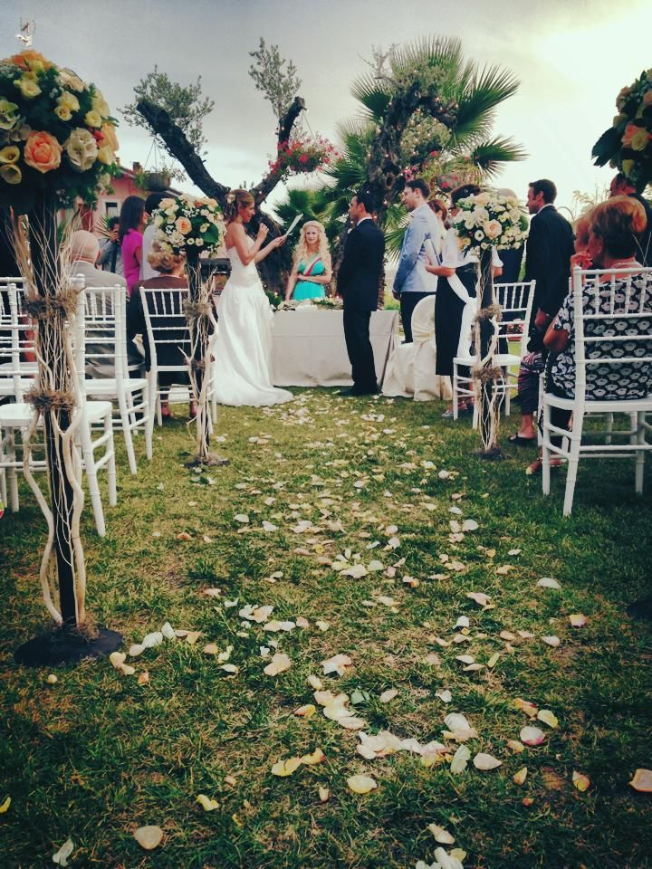 Do you like this romantic style for your wedding ceremony in Italy? This is so cool!