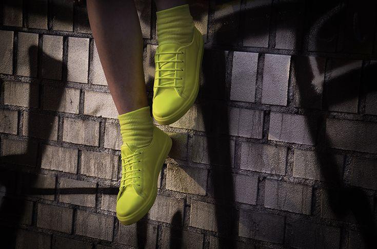Monochrome Sneaker Trend, Monochrome neon sneaker streetstyle berlin, blazer und turnschuhe outfit modeblogger kreuzberg