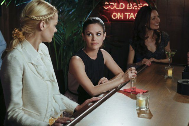 Still of Jaime King and Rachel Bilson in Hart of Dixie (2011)