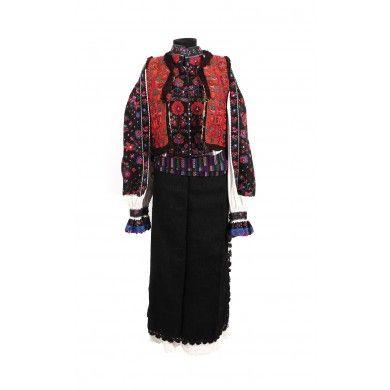 Costum de femeie căsătorită, Ţinutul Pădurenilor, Hunedoara, anii 1940, ansamblu compus din cămaşă, pieptar, catrinţă, opreg, brăcire