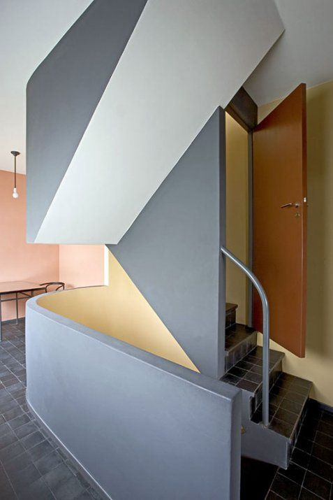 """Le Corbusier & Pierre Jeanneret, Staircase of the house designed for the exhibition """"Weißenhofsiedlung"""" Stuttgart, 1927. In original colors. Via Monumente online, photo © Roland Gassner"""
