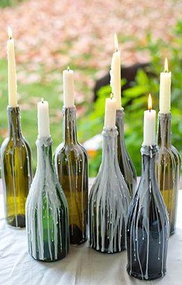 Des bougeoirs de sorcière  Faites dégouliner des bougies sur de vieilles bouteille en verre.